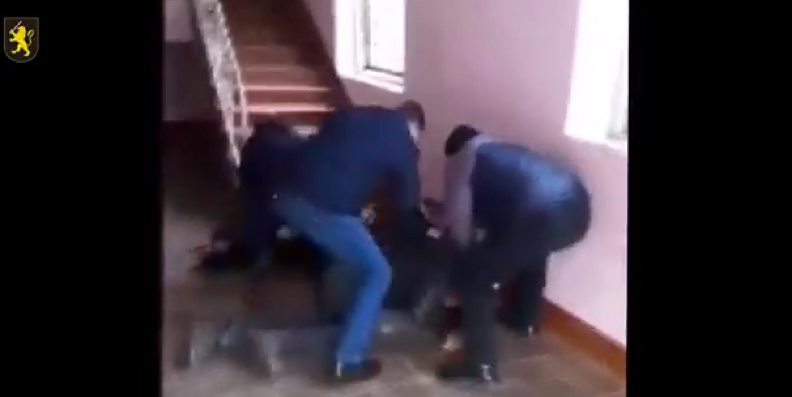 (video) Vindea droguri chiar în centrul satului. Bărbatul, reținut în flagrant