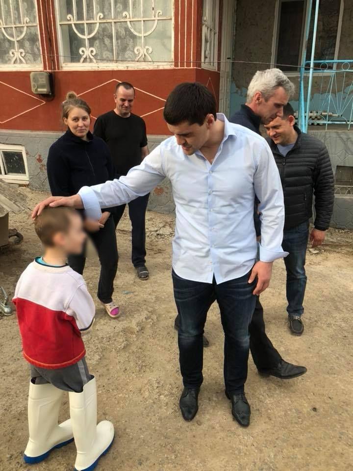 Constantin Țuțu lezează demnitatea copiilor prin postările cu minori de pe Facebook