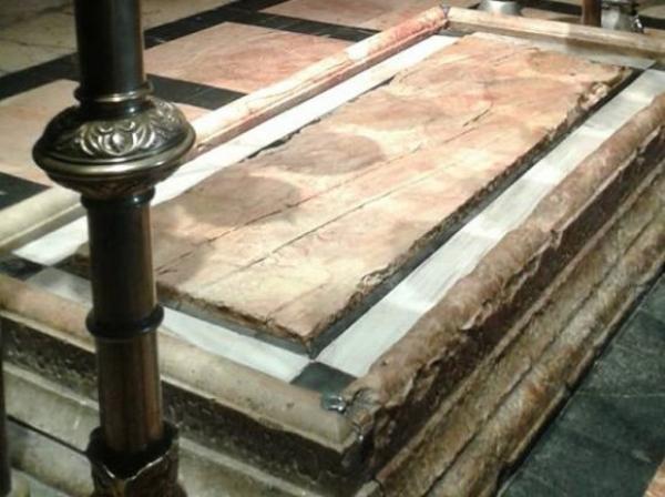 (Video) Pe lespedea din piatră pe care a fost pregătit Iisus pentru înmormântare a apărut sânge