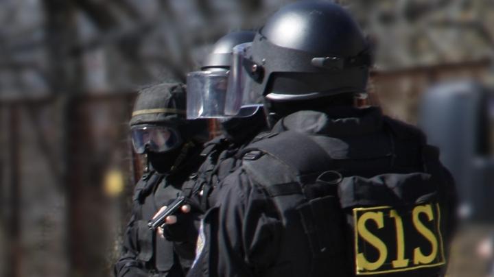 Doi ofițeri de investigație de la Bălți, reținuți de procurorii anticorupție și SIS