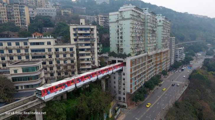 VIDEO: Imagini spectaculoase. Metroul din Chongqing care trece printr-un bloc de locuințe