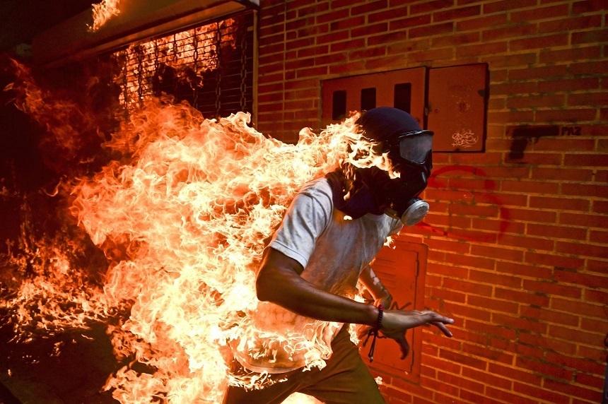 Fotografia unui bărbat cuprins de flăcări în timpul protestelor din Venezuela a câştigat  premiu  World Press Photo 2018