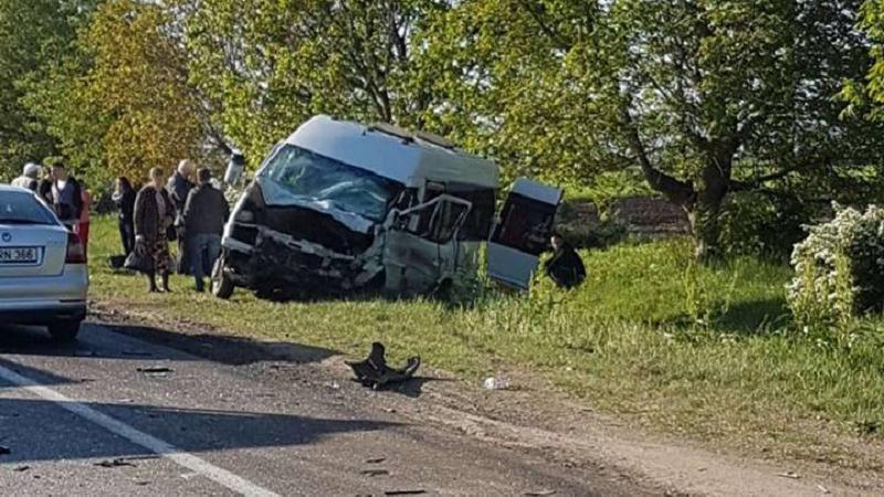 Un microbuz de pe ruta Bălți-Chișinău s-a tamponat violent cu un automobil.  Șoferul a decedat, iar  patru pasageri au fost răniți (VIDEO)