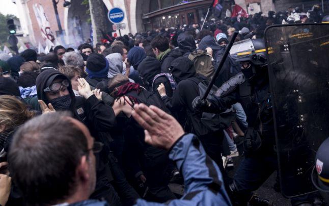 Peste 130.000 de oameni au ieşit în stradă în Franţa