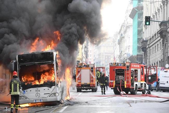 Un autobuz de pasageri a explodat în Roma, după ce a fost cuprins de flăcări (VIDEO)