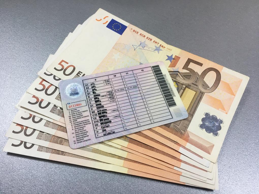 Patru sute de euro pentru eliberarea unui permis de conducere