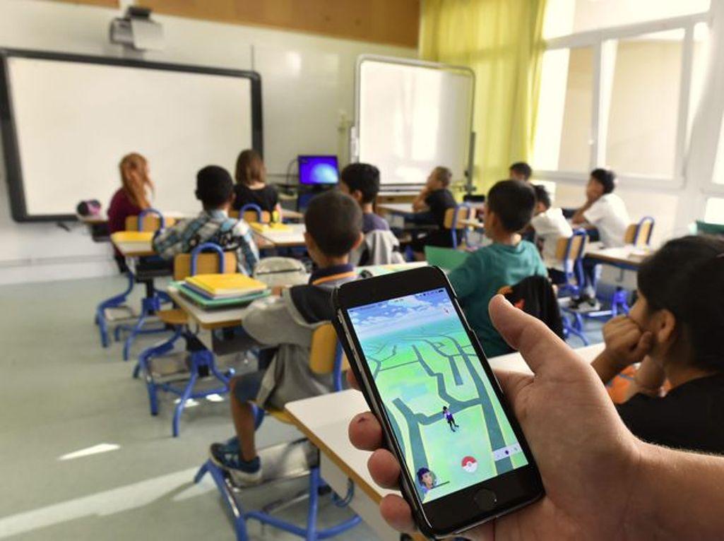 Franţa a interzis folosirea telefoanelor mobile în şcoli