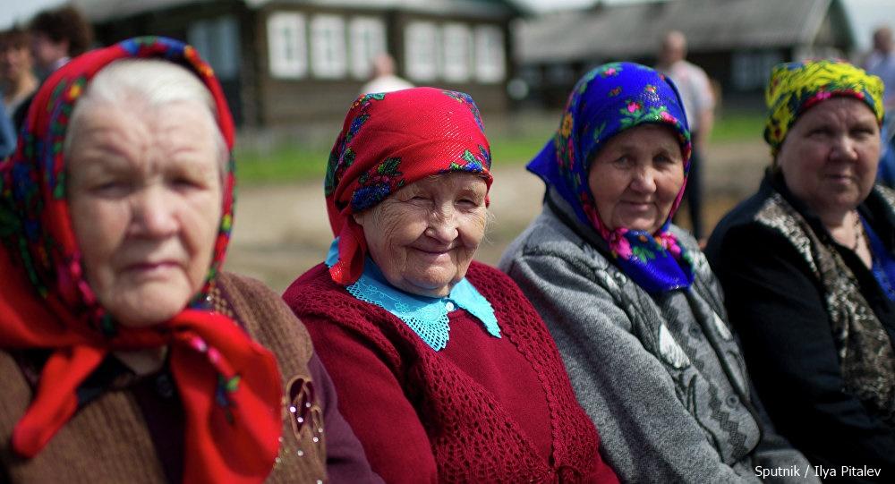 Bătrânele din acest sat au găsit o soluţie inedită ca să ajute cu bani nepoţii