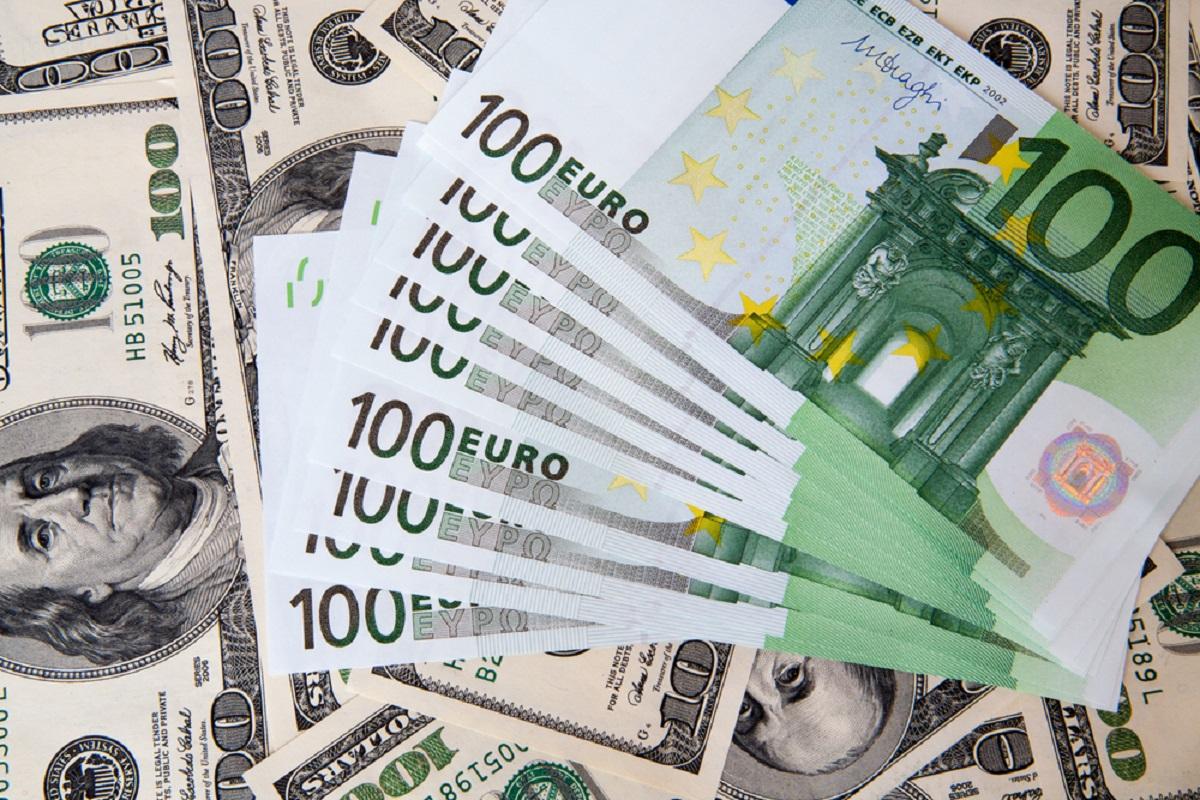 Euro și Dolarul se scumpesc la sfârșit de săptămână
