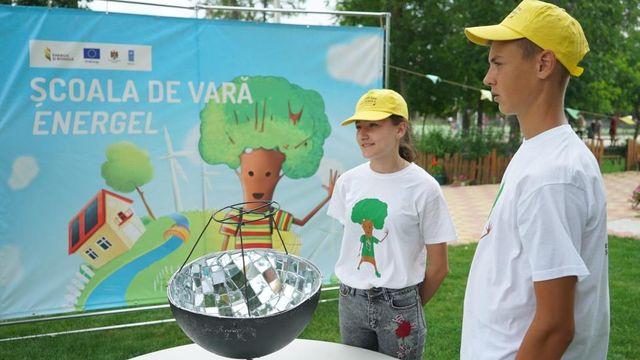 Cum tinerii moldoveni transformă lucrurile care ajung la gunoi în invenții eco! Istoria a patru adolescenți