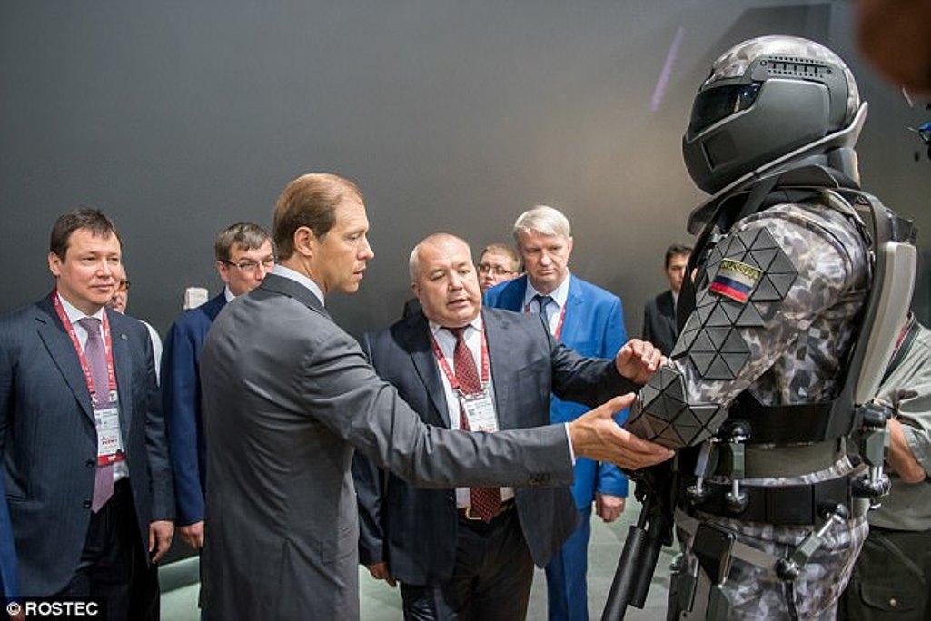 """Rusia a început testarea armurii exoscheletice inspirate de """"Robocop"""""""