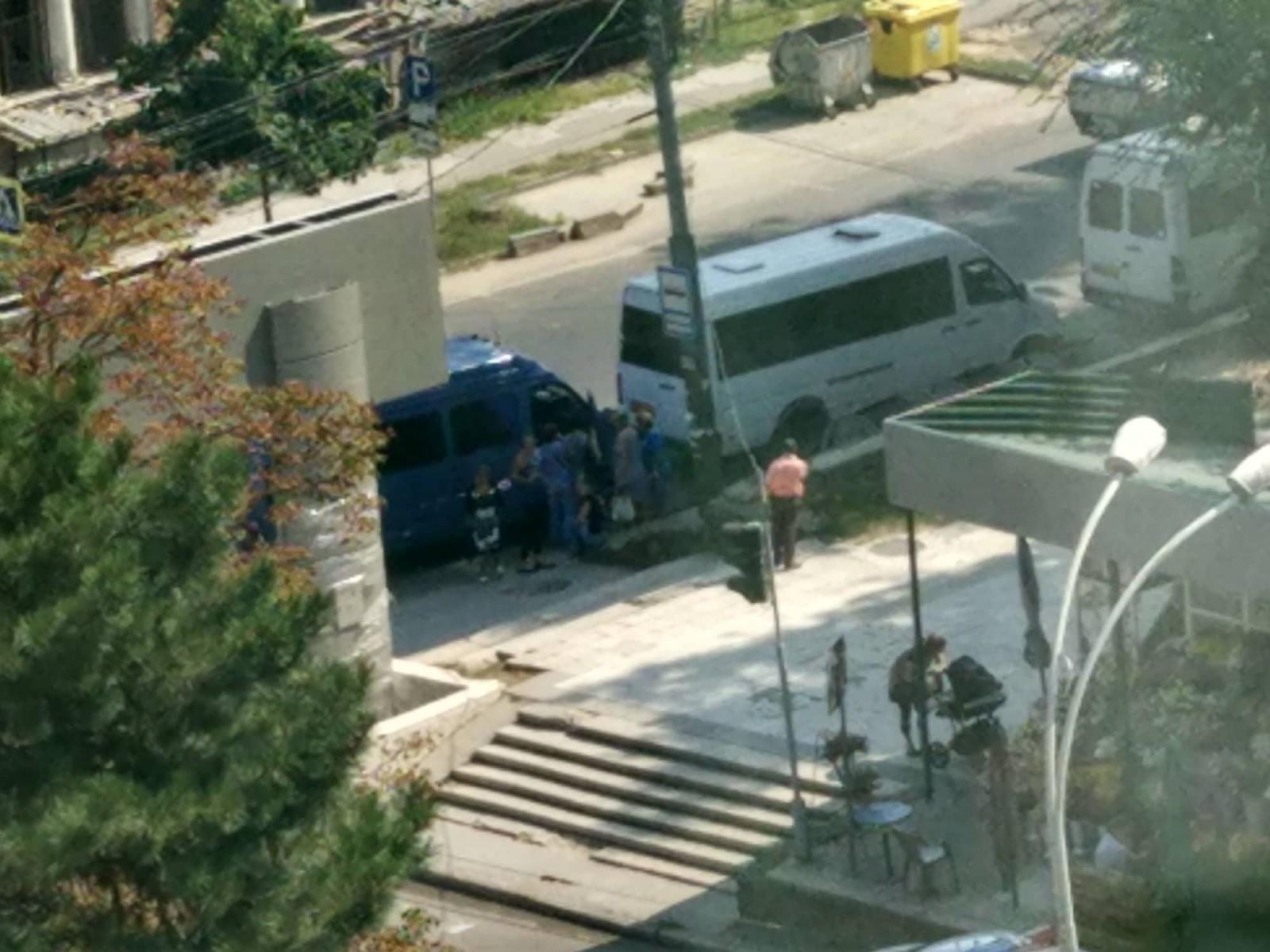 Acum în Piața Marii Adunări Naționale: Oameni surprinși cum coboară din microbuze și se îndreaptă spre Piață