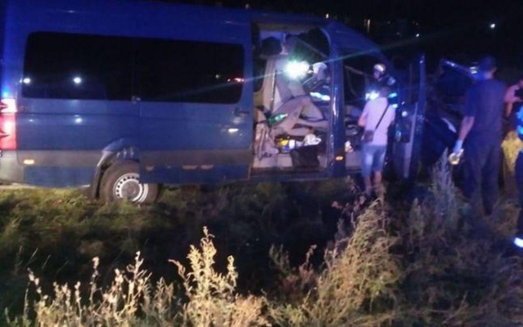 Un microbuz din R. Moldova a fost lovit de tren după ce şoferul ar fi adormit la volan