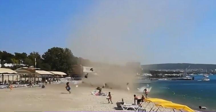 Momente de panică la Marea Neagră. O furtună de nisip a măturat o plajă