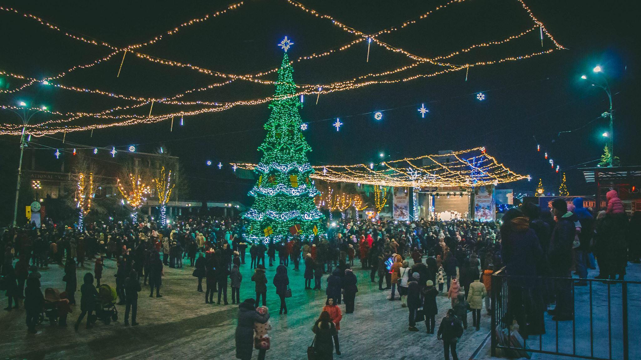 """Se știe când va fi instalat pomul de Anul Nou pe piața """"Vasile Alecsandri"""" din Bălți"""