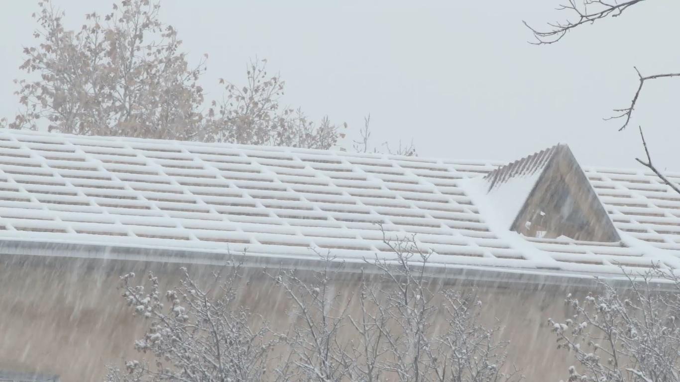 VIDEO | Un cămin al unei școli profesionale din Bălți intră în iarnă fără acoperiș