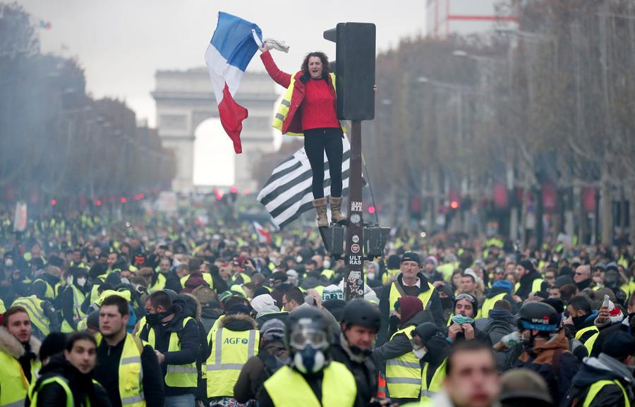 LIVE | Paris: Gaze lacrimogene şi tunuri cu apă, folosite de polițiști pentru a dispersa protestatarii ieşiţi în stradă din cauza scumpirii carburanţilor