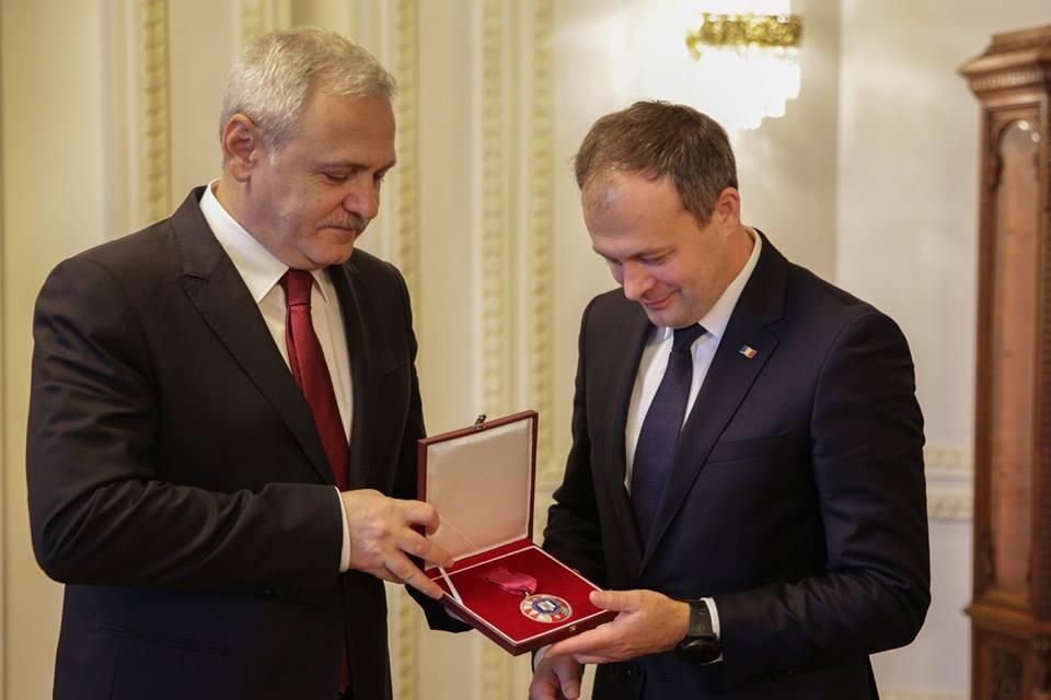 Președintele Parlamentului i-a decorat pe Dragnea și Tăriceanu cu Medalia Democrației. Ce distincție a primit Candu