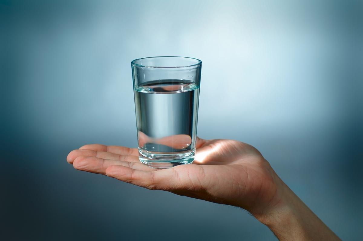 Cruzime fără margini într-un sat din sudul țării: a cerut apă și… i-au dat să bea apă!