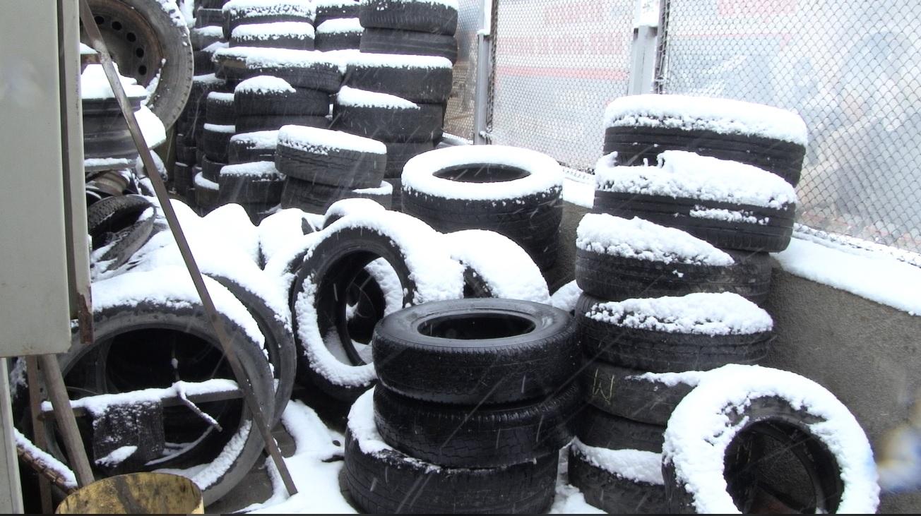 VIDEO |  A venit iarna… schimbă pneurile de vară!
