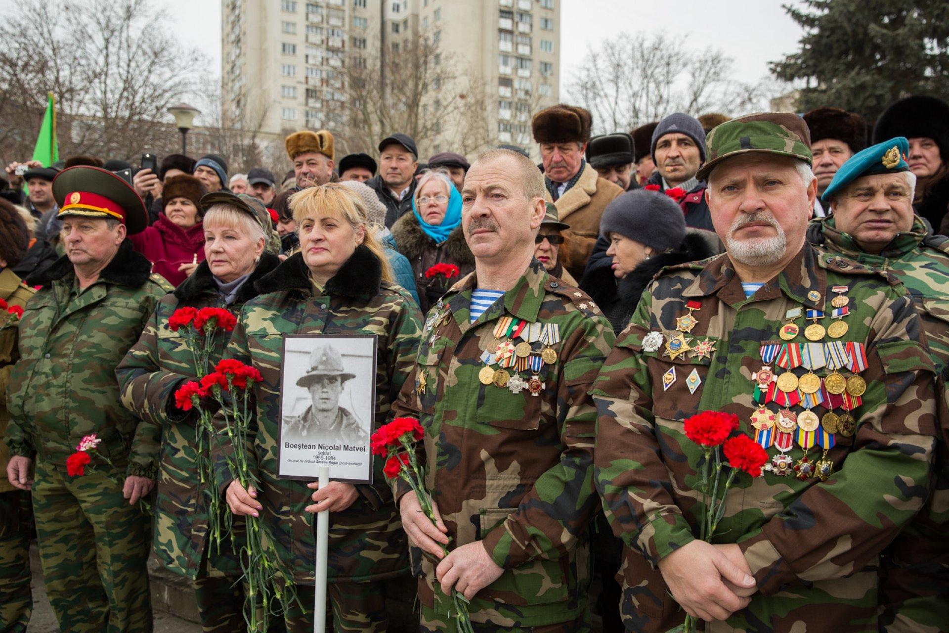 Veteranii războiului din Afganistan vor fi decorați cu Crucea comemorativă