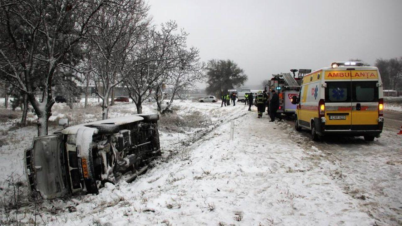 Un microbuz de pe ruta Soroca-Chișinău a derapat de pe carosabil. O persoană a avut nevoie de îngrijiri medicale
