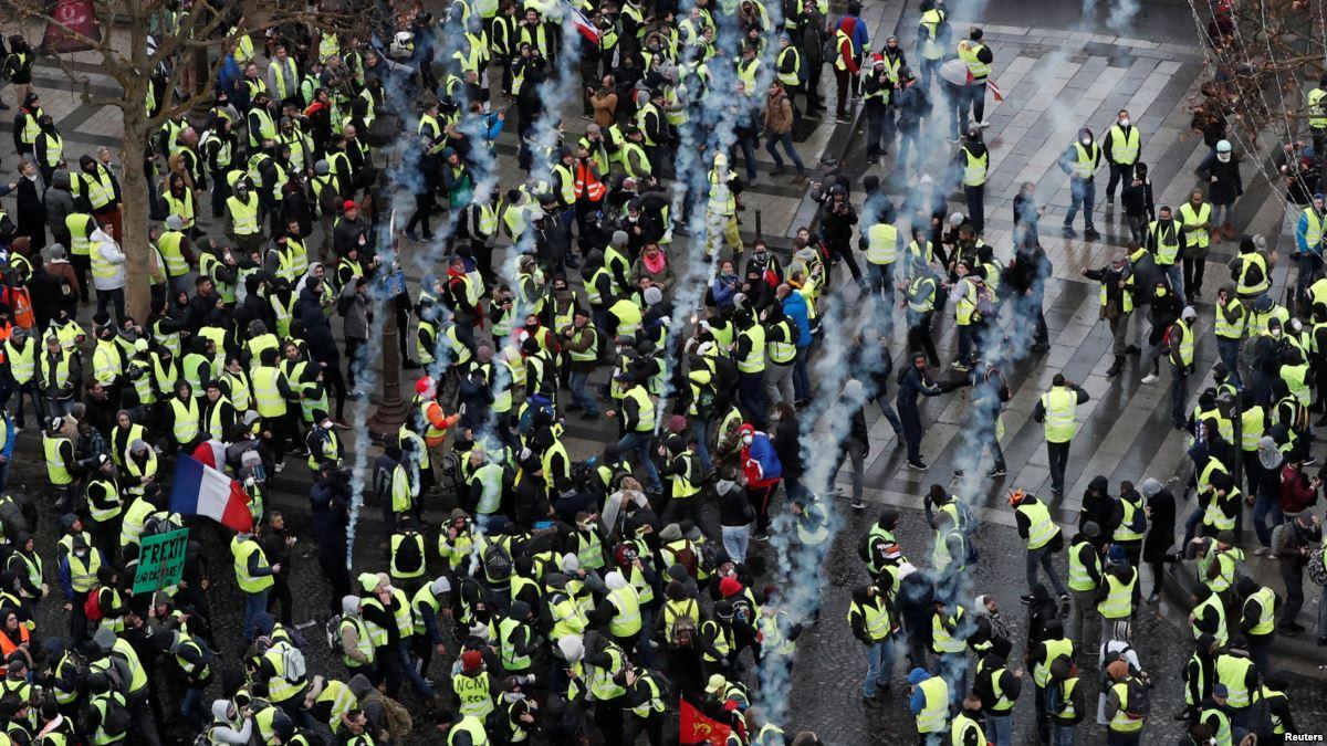 Протесты во Франции продолжаются: более 100 тысяч человек на улицах
