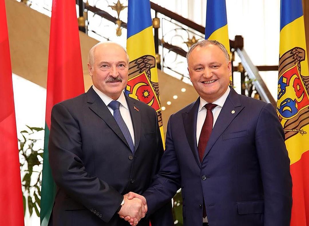 На Новый год Лукашенко подарил Додону ёлочные шары, а Путину четыре мешка картошки
