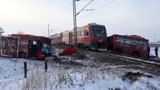 Cel puţin cinci morţi, inclusiv un minor, după ce un tren a intrat în coliziune cu un autocar în Serbia