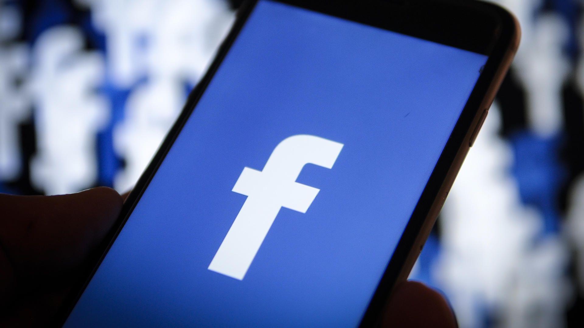 """Facebook testează """"dark mode"""""""