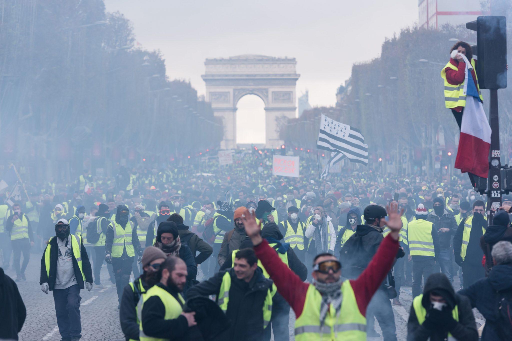 Guvernul francez va discuta miercuri despre un proiect de legi care să pună capăt protestelor