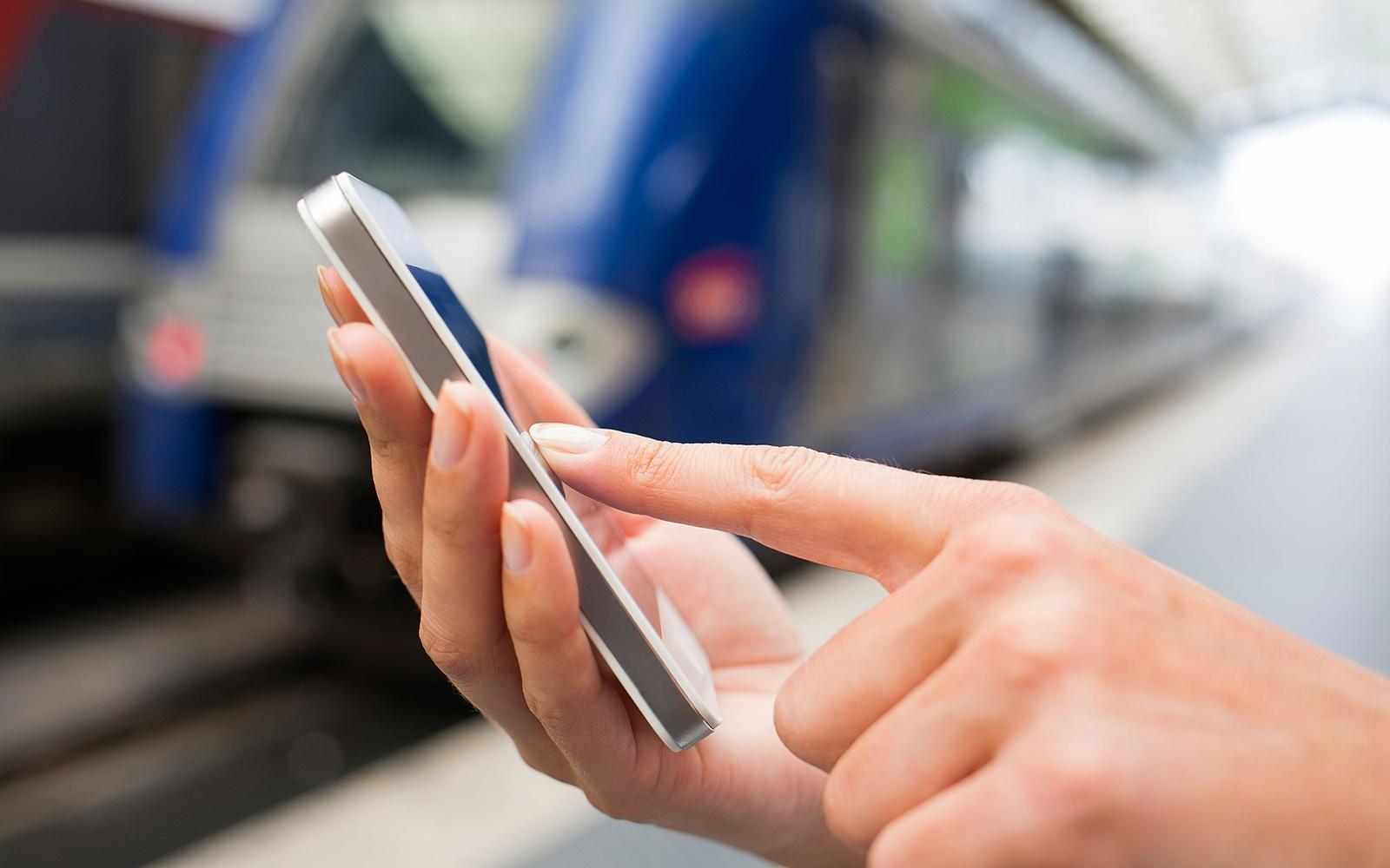 O companie Americană oferă 100.000 de dolari celui care va rezista un an fară smartphone