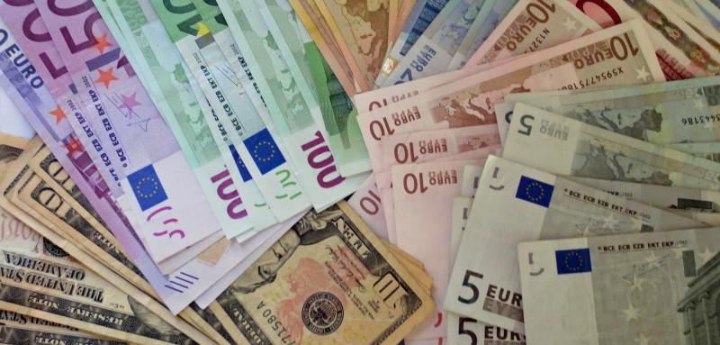 Euro și dolarul se vor scumpi în raport cu leul moldovenesc