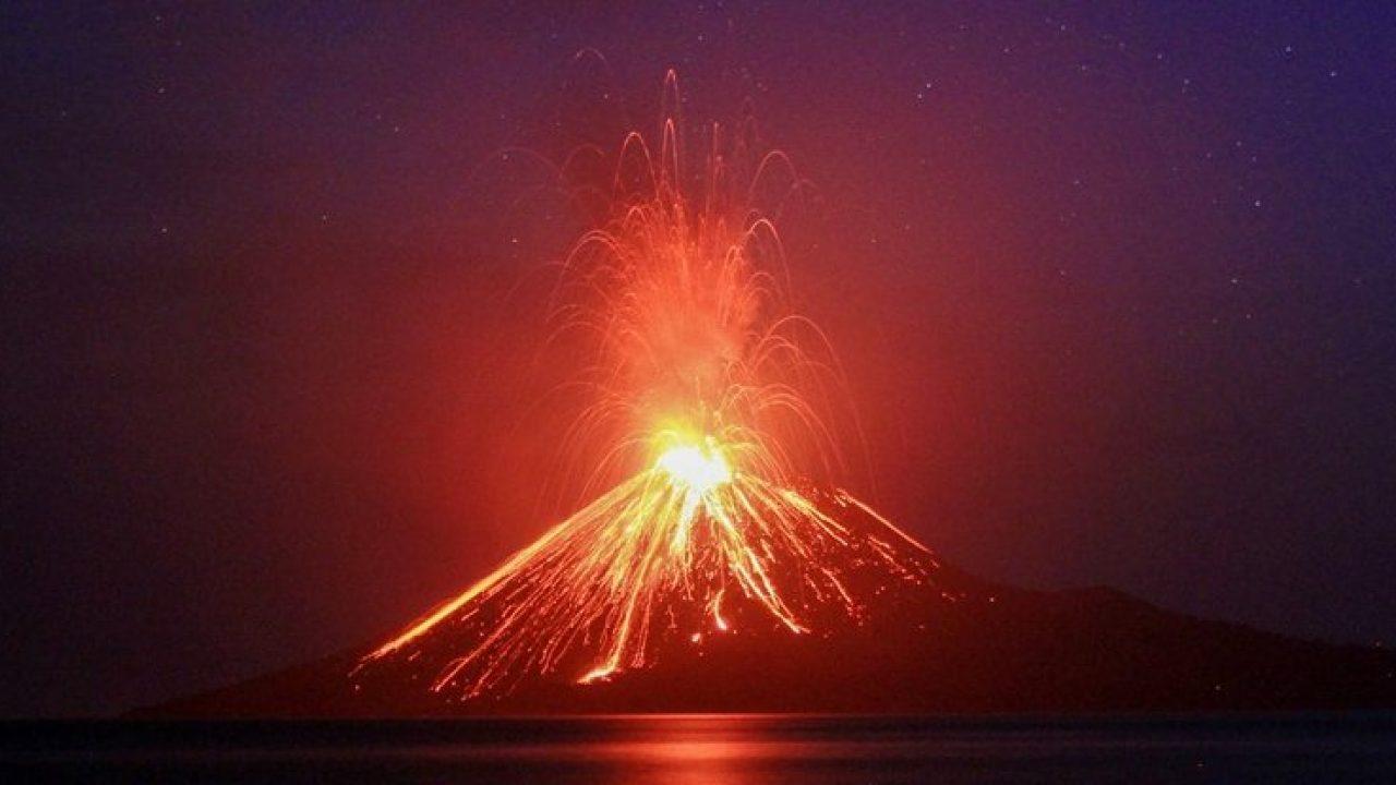 Vulcanul Anak Krakatoa din Indonezia a pierdut două treimi din înălţime în urma erupţiilor recente