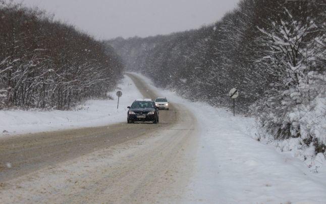 Atenție șoferi! Pe drumurile din țară se circulă în condiții de ninsoare. Recomandări pentru conducătorii auto