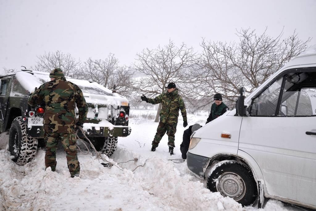 FOTO   Militarii Armatei Naţionale continuă misiunile în sprijinul populaţiei afectate de ninsori