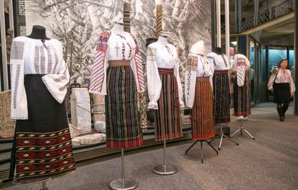 Peste 100 de cămăși basarabene, care datează din secolul 19, au fost reconstituite