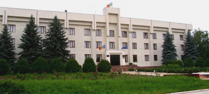 A furat drapelul de la Consiliul raional Dondușeni pentru al învăța minte pe paznic