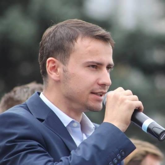 """Candidatul """"Acum"""" pe circumscripția uninominală Edineț, bătut în fața Inspectoratului de Poliție"""