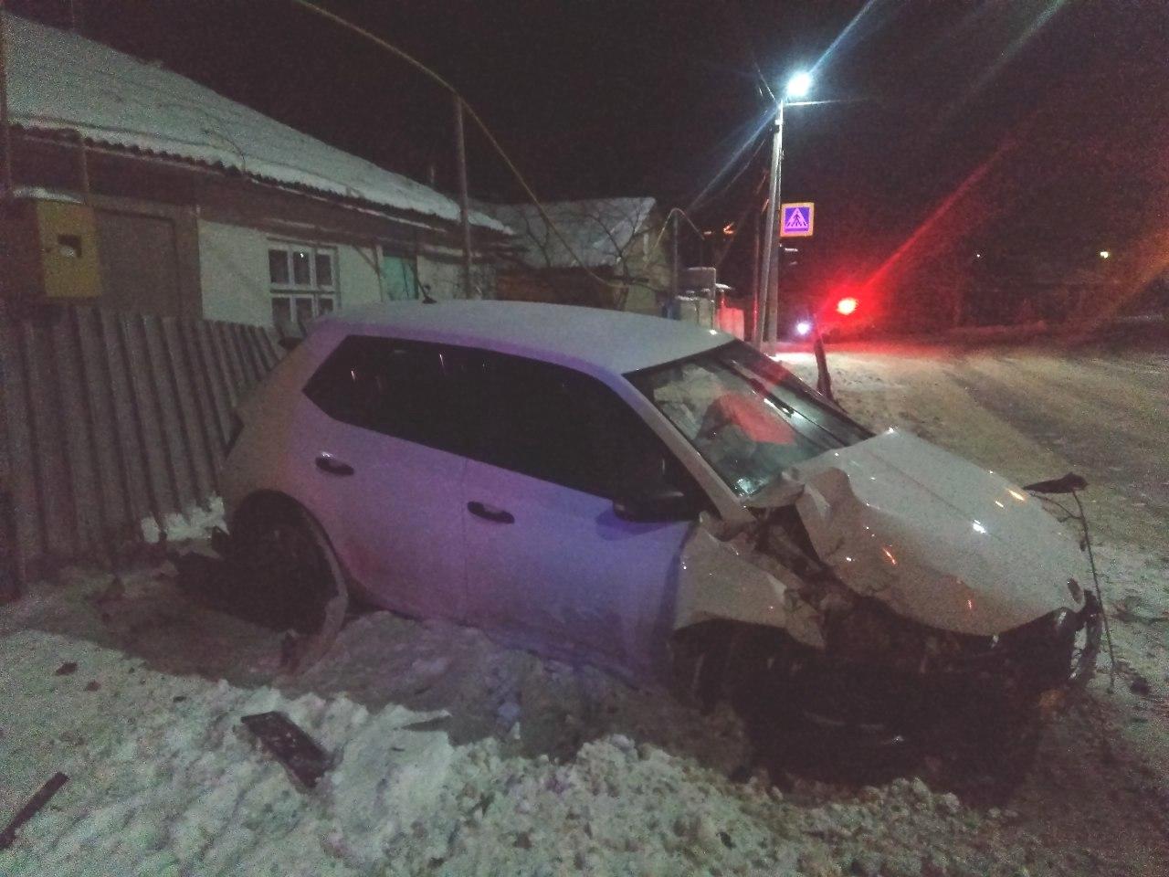 ФОТО | Авария в Бельцах: водитель cнёс забор и въехал в частный дом