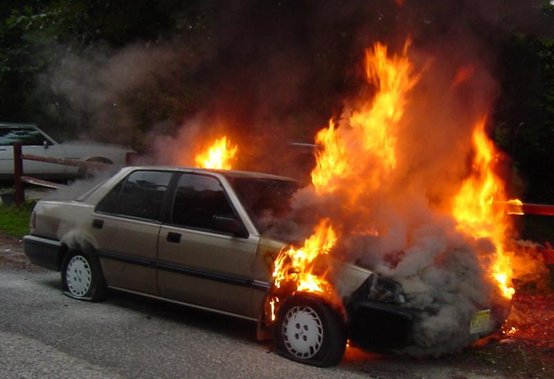 Un Renault Megan a fost incendiat intenționat pe bulevardul Eminescu din Bălți