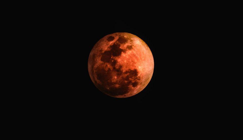 Eclipsă totală de Lună, la noapte, vizibilă și în R.Moldova