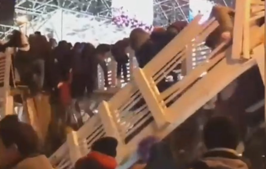 Tragedie în seara de Revelion. Un pod din lemn s-a prăbușit peste un patinoar. 13 persoane, rănite