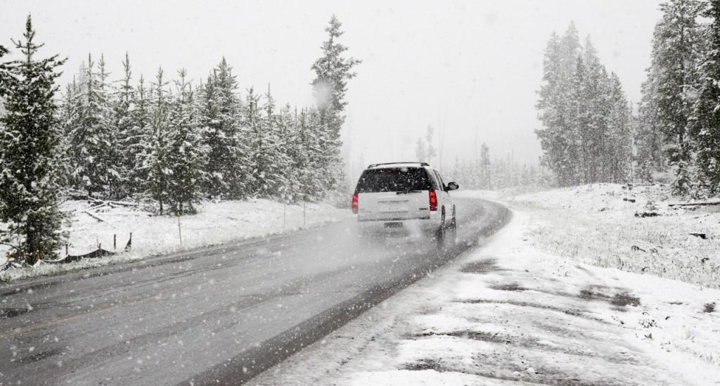 """Pe traseele naționale se circulă în condiții de ninsoare. ASD: """"Drumuri blocate nu avem"""""""
