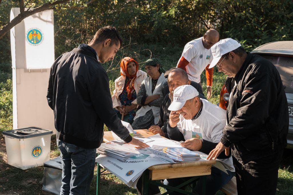 """FOTO   ,,Trezește-ți vecinul și hai la vot!"""" sau cum a învățat comunitatea romilor mai multe despre drepturile electorale"""