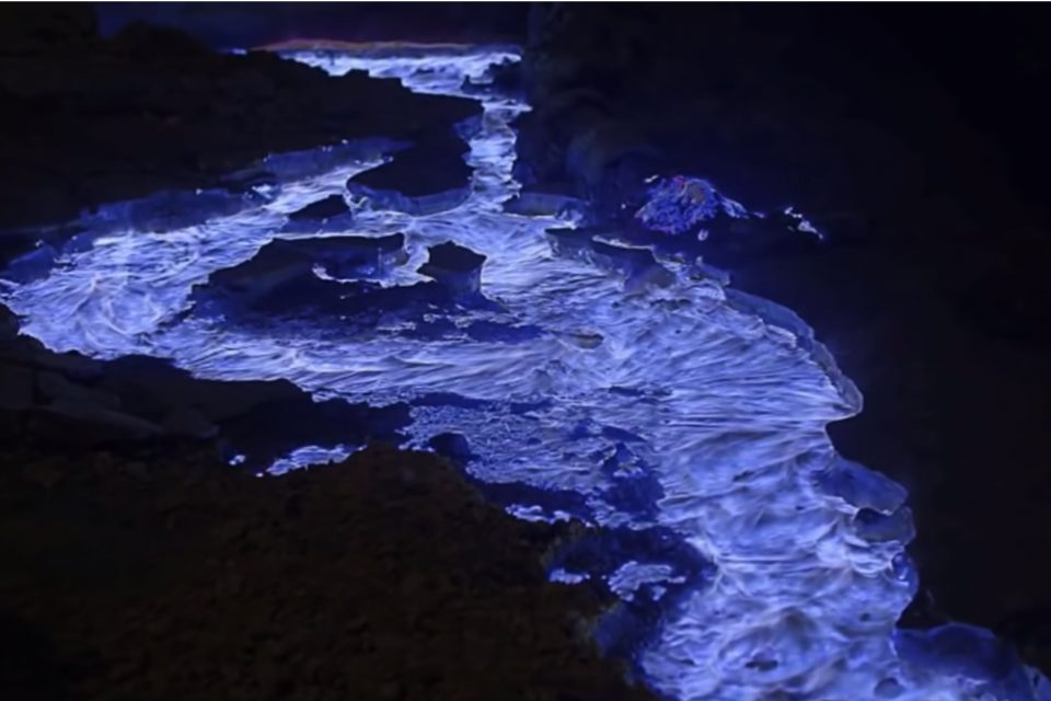 VIDEO | Singurul vulcan care erupe cu lavă albastră
