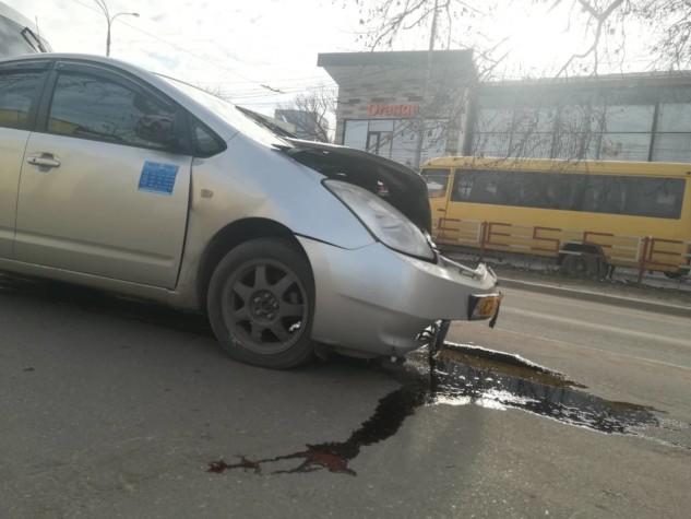 FOTO | Două mașini de taxi s-au tamponat pe o stradă din Bălți