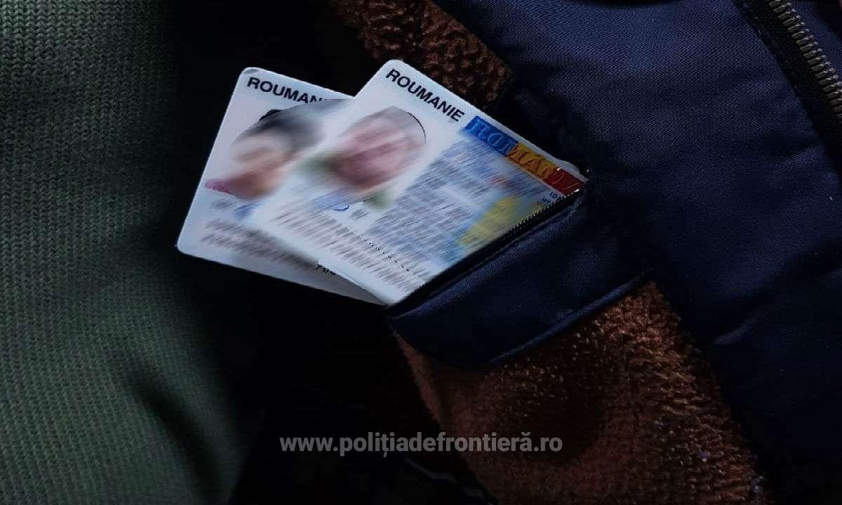 FOTO   Doi moldoveni, reținuți la vama Stânca pentru deținerea de acte românești  false