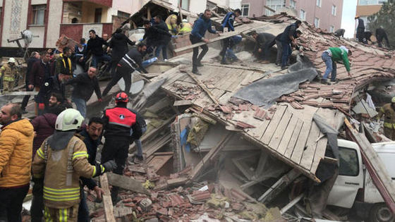 Cel puţin un mort şi mai mulţi dispăruţi după prăbuşirea unui bloc din Istanbul