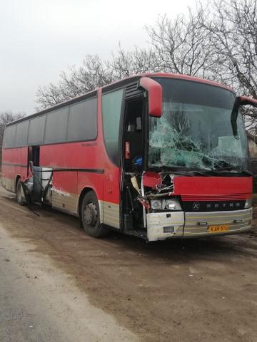 FOTO | Un autocar de cursă internațională s-a tamponat violent de un tractor în apropiere de localitatea Corlăteni, raionul Râșcani